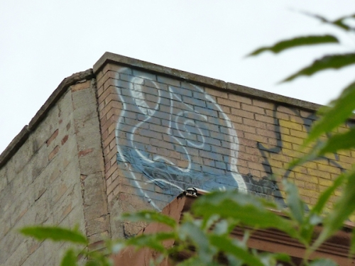 Photo of blue and white graffiti face on wall in Chinatown, taken by Joana Miranda