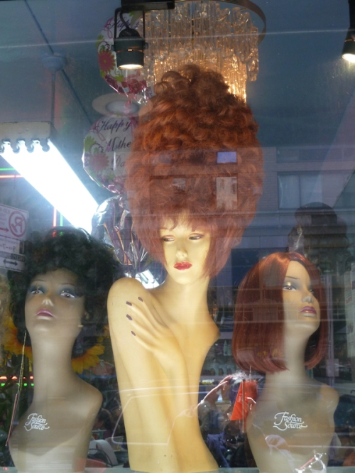 Photo of mannequins with wigs, taken by Joana Miranda