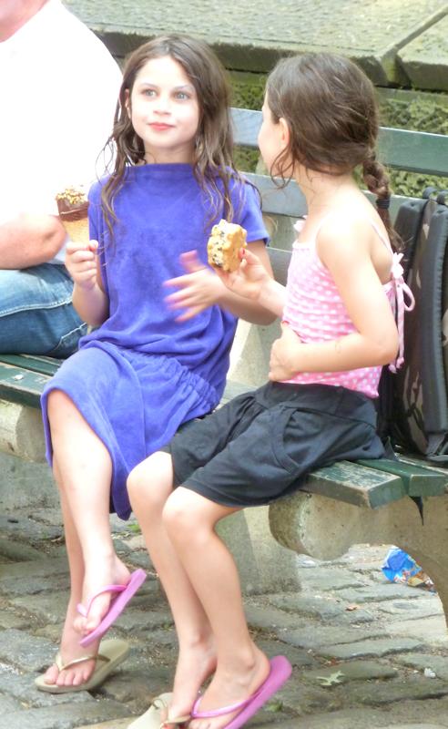 Photo of two girls eating ice-cream on a park bench, taken by Joana Miranda