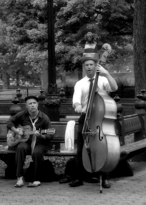 Black and white photo of street musicians, taken by Joana Miranda