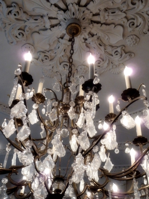 Photo of crystal chandelier and ornate ceiling, taken by Joana Miranda