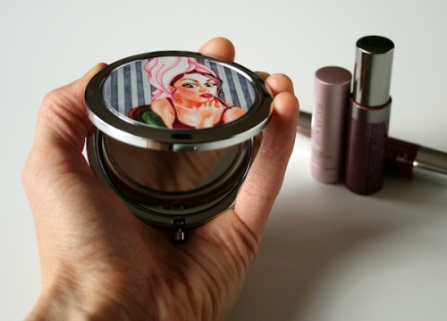 holding the folding compact mirror