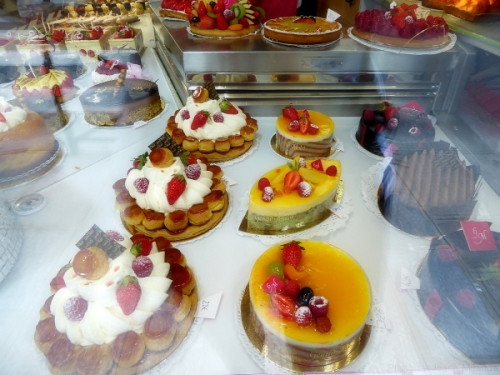 fabulous dispaly of cakes in Paris
